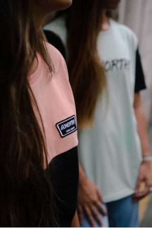 Camiseta GONORTHY Since Always Bicolor naranja coral/negra - Imagen 2