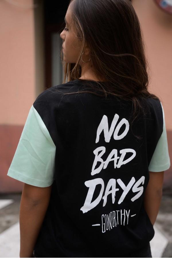 Camiseta No Bad Days negra con mangas verde palo - Imagen 1