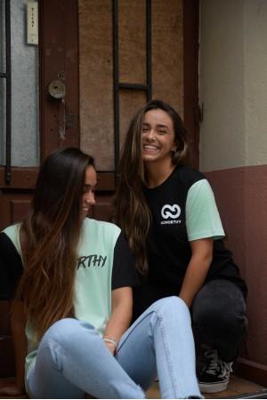 Camiseta No Bad Days negra con mangas verde palo - Imagen 3